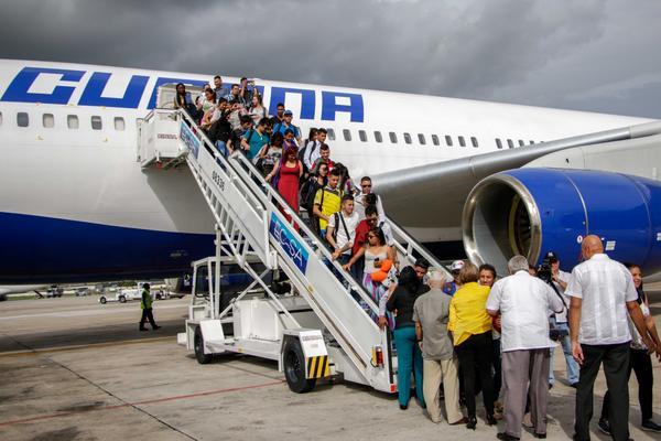 Arriban 189 becarios colombianos a Cuba para estudiar Medicina
