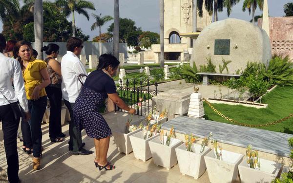 Flores para Fidel en cementerio Santa Ifigenia