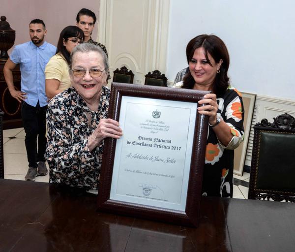María Elena Salgado Cabrera (D), viceministra primera de Cultura, entrega el Premio Nacional de Enseñanza Artística a Adelaida de Juan Seiler (I), en acto realizado en el Instituto superior de Arte (ISA), en La Habana, Cuba, el 21 de diciembre de 2017. ACN FOTO/Abel PADRÓN PADILLA