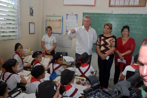 Díaz-Canel envía felicitación a educadores cubanos