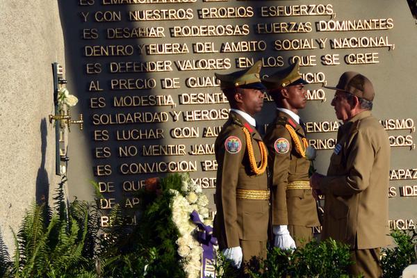 El General de Ejército Raúl Castro Ruz, Primer Secretario del Partido Comunista de Cuba y Presidente de los Consejos de Estado y de Ministros, rindió tributo al líder histórico de la Revolución cubana, Fidel Castro en el cementerio Santa Ifigenia, de Santiago de Cuba, el 4 de diciembre de 2017, en el primer aniversario de su desaparición física. ACN FOTO/Marcelino VÁZQUEZ HERNÁNDEZ