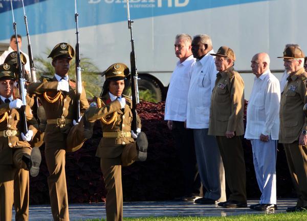 El General de Ejército Raúl Castro Ruz (tercero derecha), Primer Secretario del Partido Comunista de Cuba y Presidente de los Consejos de Estado y de Ministros, rindió tributo al líder histórico de la Revolución cubana, Fidel Castro en el cementerio Santa Ifigenia, de Santiago de Cuba, el 4 de diciembre de 2017, en el primer aniversario de su desaparición física. ACN FOTO/Marcelino VÁZQUEZ HERNÁNDEZ
