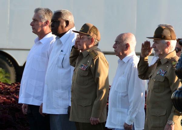 El General de Ejército Raúl Castro Ruz (C), Primer Secretario del Partido Comunista de Cuba y Presidente de los Consejos de Estado y de Ministros, junto a otros dirigentes, rindió tributo al líder histórico de la Revolución cubana, Fidel Castro en el cementerio Santa Ifigenia, de Santiago de Cuba, el 4 de diciembre de 2017, en el primer aniversario de su desaparición física. ACN FOTO/Marcelino VÁZQUEZ HERNÁNDEZ