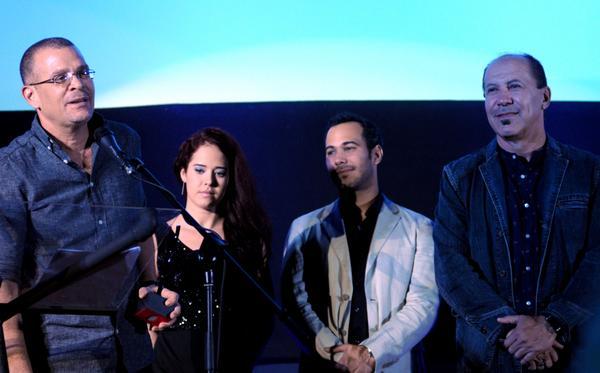 El cineasta Ernesto Daranas (I), y el actor Héctor Noas (D), reciben el Premio Coral del Público, por la película Sergio y Serguei. Foto: Omara García Mederos