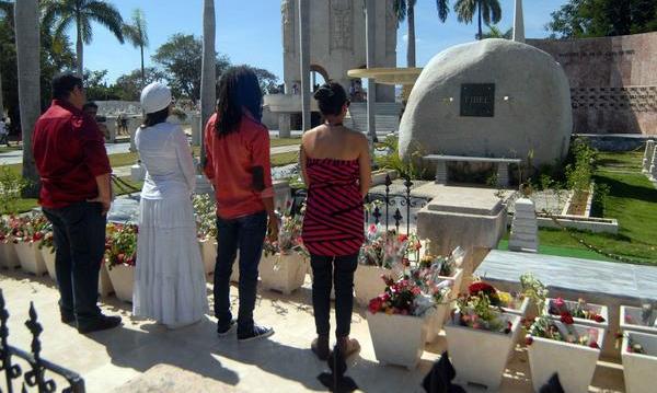 Intérpretes de Cabalgando con Fidel le rinden tributo en Santiago