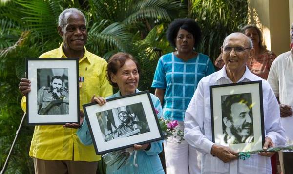 El actor norteamericano Danny Glover (I); Estela Bravo (C), directora, guionista y documentalista estadounidense; y su esposo Ernesto Bravo (D), después de recibir la Medalla de la Amistad, que confiere el Consejo de Estado de Cuba, en acto efectuado en el Instituto Cubano de Amistad con los Pueblos (ICAP), en La Habana, el 29 de diciembre de 2016. ACN FOTO/Marcelino VÁZQUEZ HERNÁNDEZ