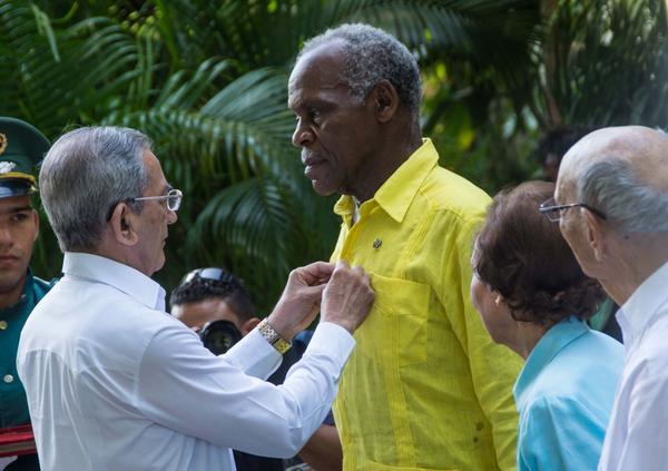 José Ramón Balaguer Cabrera (I), miembro del Secretariado y Jefe del Departamento de Relaciones Internacionales del Comité Central del Partido, impone la Medalla de la Amistad, que confiere el Consejo de Estado de Cuba, al actor estadounidense Danny Glover (C), en acto efectuado en el Instituto Cubano de Amistad con los Pueblos (ICAP), en La Habana, el 29 de diciembre de 2016. ACN FOTO/Marcelino VÁZQUEZ HERNÁNDEZ