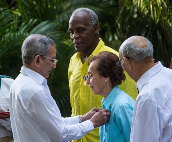 José Ramón Balaguer Cabrera (I), miembro del Secretariado y Jefe del Departamento de Relaciones Internacionales del Comité Central del Partido, impone la Medalla de la Amistad, que confiere el Consejo de Estado de Cuba, a Estela Bravo (C), directora, guionista y documentalista estadounidense, en acto efectuado en el Instituto Cubano de Amistad con los Pueblos (ICAP), en La Habana, el 29 de diciembre de 2016. ACN FOTO/Marcelino VÁZQUEZ HERNÁNDEZ