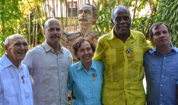 Los Héroes de la República de Cuba Fernando González (D), vicepresidente del Instituo Cubano de Amistad con los pueblos (ICAP), y Gerardo Hernández Nordelo (C izq.), vicerrector del Instituto Superior de Relaciones Internacionales (ISRI), junto a los condecorados con la Medalla de la Amistad, que confiere el Consejo de Estado de Cuba, a Danny Glover (C der.), actor norteamiercano; Estela Bravo (C), directora, guionista y documentalista estadounidense, y su esposo Ernesto Bravo (I), en la sede del ICAP, en La Habana, el 29 de diciembre de 2016. ACN FOTO/Marcelino VÁQUEZ HERNÁNDEZ