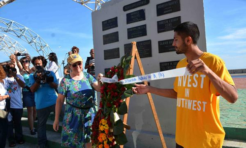 Integrantes de la XXVIII Caravana de la Amistad Estados Unidos-Cuba, depositaron una Ofrenda floral en homenaje al reverendo Lucius Walker, fundador del movimiento de solidaridad Pastores por la Paz, ante la tarja que lo recuerda en la Tribuna Antimperialista José Martí, en La Habana, Cuba, el 14 de julio de 2017. ACN FOTO/Modesto GUTIÉRREZ CABO