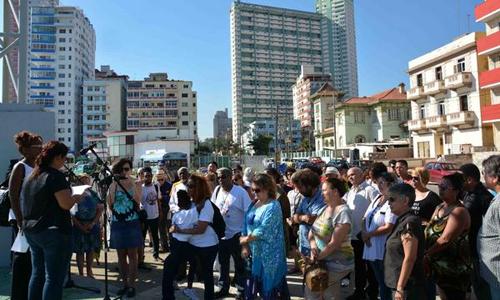 Integrantes de la XXVIII Caravana de la Amistad Estados Unidos-Cuba, rindieron tributo al reverendo Lucius Walker fundador del movimiento de solidaridad Pastores por la Paz, ante la tarja que lo recuerda en la Tribuna Antimperialista José Martí, en La Habana, Cuba, el 14 de julio de 2017. ACN FOTO/Modesto GUTIÉRREZ CABO/
