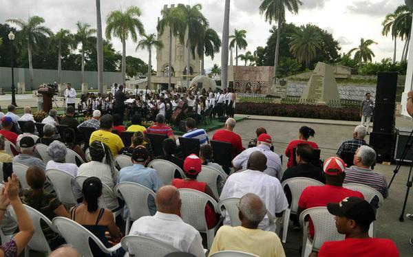 Envía Raúl Castro ofrenda floral a los mártires de la Revolución