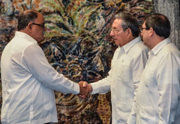 El General de Ejército Raúl Castro Ruz (C. der.), Primer Secretario del Comité Central del Partido Comunista de Cuba y Presidente de los Consejos de Estado y de Ministros, presidió el acto de Juramentación de los nuevos embajadores de Cuba en el exterior, en el Palacio de la Revolución, en La Habana, el 23 de julio de 2017. ACN FOTO/Marcelino VÁZQUEZ HERNÁNDEZ