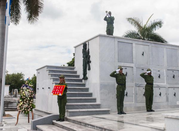 Raúl Castro envía ofrenda floral a honras fúnebres de Contralmirante María Finalé