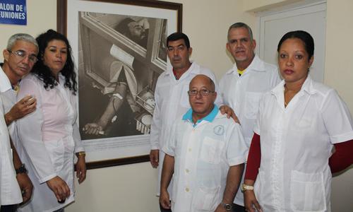 Un grupo de médicos del Contingente Henry Reeve que viajó a Perú a atender a los damnificados de las intensas lluvias de las últimas semanas junto a la imagen inspiradora de Fidel Castro, donando sangre para las víctimas del terremoto de Ahnca en Perú en 1970. Foto: Jorge Legañoa