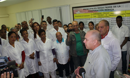 El Dr. Roberto Morales, Ministro de Salud Pública de Cuba, intercambia con los integrantes de la brigada 23 de la Henry Reeve. Foto: Jorge Legañoa