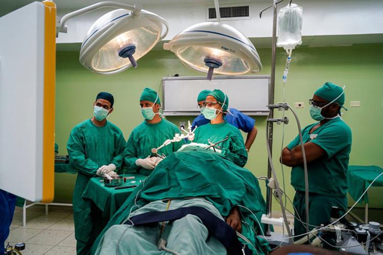 Neuronavegador BrainLab para las cirugías de columna vertebral y cráneo. Foto ACN