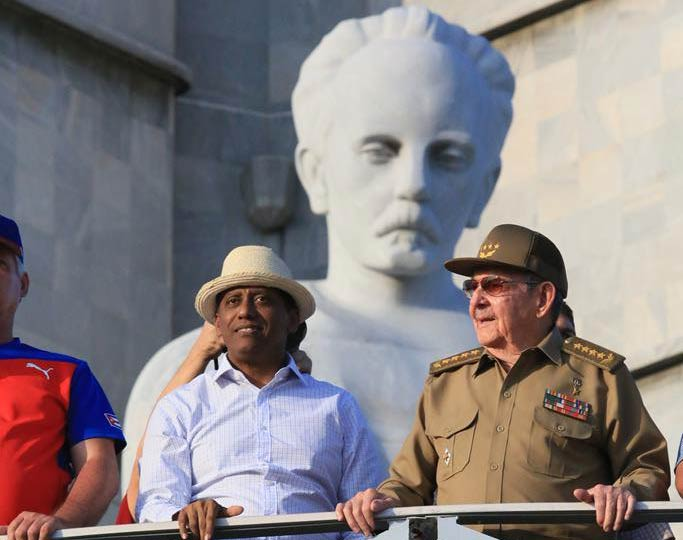 Preside Raúl Castro desfile en La Habana por el 1 de mayo
