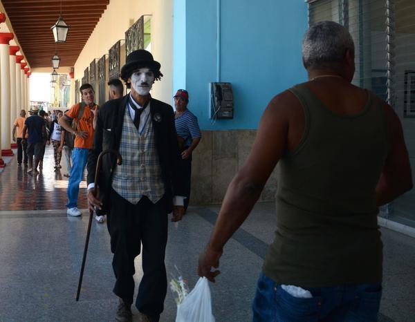 Eduardo Almirante Cuela (C), del grupo de teatro Taberín, ha interpretado por 27 años consecutivos el personaje de Charlot (Charles Chaplin) y en una veintena de Romerías de Mayo ha deleitado a los participantes, en Holguín, Cuba, el 7 de mayo de 2017. ACN FOTO/Oscar ALFONSO SOSA