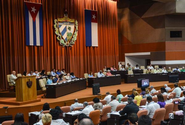 Asiste presidente cubano a sesión extraordinaria del Parlamento