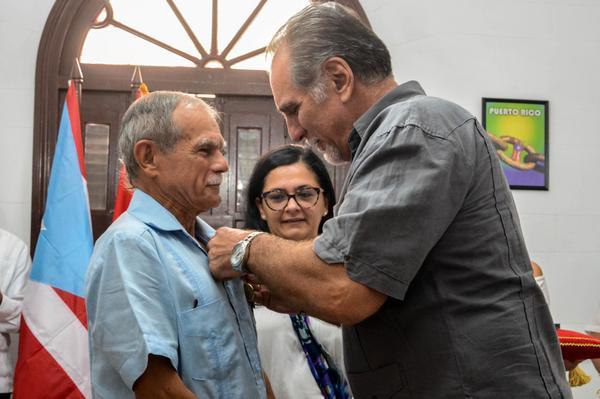 Recibe Oscar López Rivera la Orden de la Solidaridad