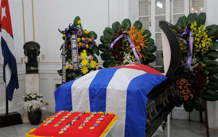 Acompaña ofrenda floral de Raúl Castro honras fúnebres de Armando Hart