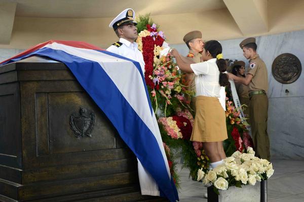 Envía presidente cubano Raúl Castro ofrenda floral dedicada a José Martí
