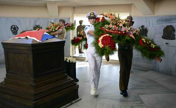 Ofrendas de Raúl y Díaz-Canel a homenaje a Martí en Santa Ifigenia