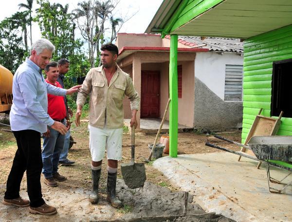 Miguel Díaz-Canel Bermúdez (I), miembro del Buró Político del Comité Central del Partido Comunista de Cuba y Primer Vicepresidente de los Consejos de Estado y de Ministros, intercambió con pobladores del municipio de Yaguajay que construyen sus viviendas, destruidas como consecuencia del paso del huracán Irma, por Sancti Spíritus, Cuba, el 24 de noviembre de 2017. ACN FOTO/Vicente BRITO/Periódico Escambray