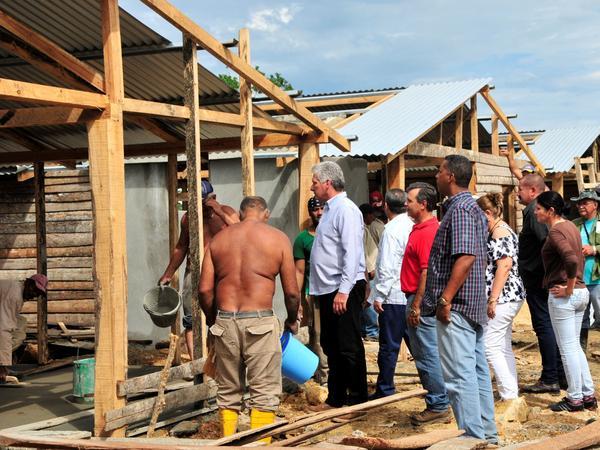 Miguel Díaz-Canel Bermúdez (C), miembro del Buró Político del Comité Central del Partido Comunista de Cuba y Primer Vicepresidente de los Consejos de Estado y de Ministros, constató la construcción de viviendas con tabla de palma en Yaguajay, para afectados por el huracán Irma, en Sancti Spíritus, Cuba, el 24 de noviembre de 2017. ACN FOTO/Vicente BRITO/Periódico Escambray