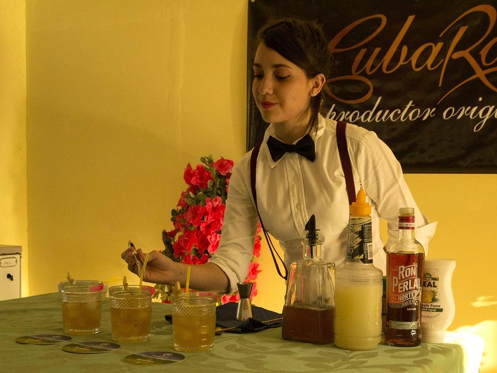 Noveles talentos demuestran habilidades en concurso femenino de coctelería