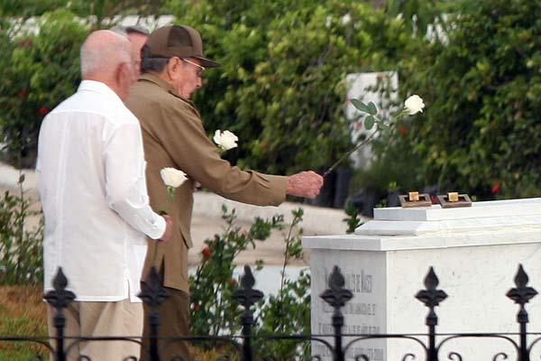 Preside Raúl Castro acto político y ceremonia militar en honor a Céspedes y Mariana Grajales