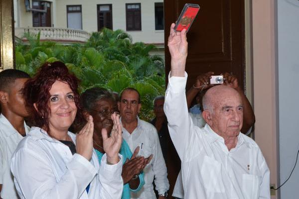Otorgan a Raúl reconocimiento de Instituto Victoria de Girón
