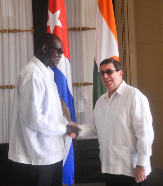 Bruno Rodríguez Parrilla (D), ministro cubano de Relaciones Exteriores, recibe a Ibrahim Jacoubou (I), ministro de Asuntos Exteriores, Cooperación, Integración Africana y Nigerinos en el Exterior de la República de Níger en la Sede del Ministerio de Relaciones Exteriores, en La Habana, Cuba, el 6 noviembre de 2017. ACN FOTO/Oriol de la Cruz ATENCIO