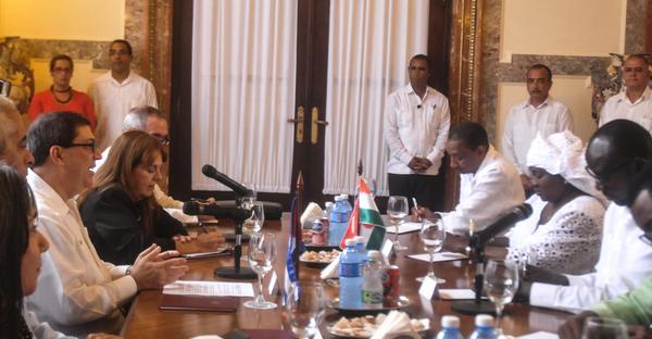 Bruno Rodríguez Parrilla (I), ministro cubano de Relaciones Exteriores, recibe a Ibrahim Jacoubou (D), ministro de Asuntos Exteriores, Cooperación, Integración Africana y Nigerinos en el Exterior de la República de Níger en la Sede del Ministerio de Relaciones Exteriores, en La Habana, Cuba, el 6 noviembre de 2017. ACN FOTO/Oriol de la Cruz ATENCIO