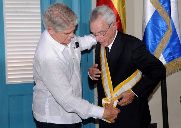 El ministro de Asuntos Exteriores y de Cooperación de España, Alfonso María Dastis Quecedo (I), impone la Orden Isabel la Católica, al Dr. Eusebio Leal Spengler (D), Historiador de La Habana, en ceremonia efectuada en el Palacio del Segundo Cabo, el 6 de septiembre de 2017. ACN FOTO/Omara GARCÍA MEDEROS