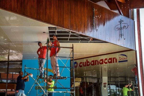 Labores de reanimación en instalaciones hoteleras en el polo turístico de Holguín, el 10 de septiembre de 2017, luego del paso del huracán Irma por la costa norte de Cuba. ACN FOTO/Juan Pablo CARRERAS/
