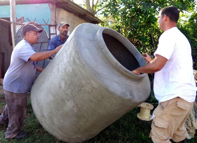 Innovadores de la Unidad Empresarial de Base (UEB) Fibrocemento Santiago, de esta ciudad, garantizan la continuidad de la entrega de tanques de diferentes capacidades destinados a todo el país.