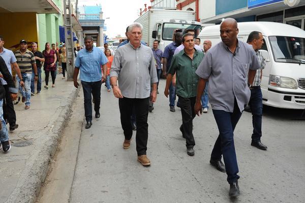Miguel Diaz-Canel marche dans la rue