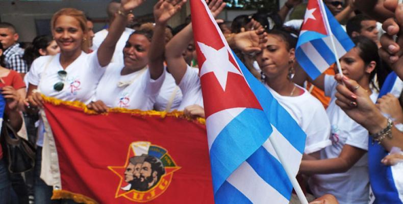 """De los """"pinos nuevos"""", homenaje agradecido a Fidel"""