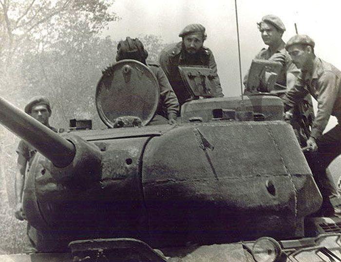0418-Fidel- Girón- en el tanque 8pg.jpg