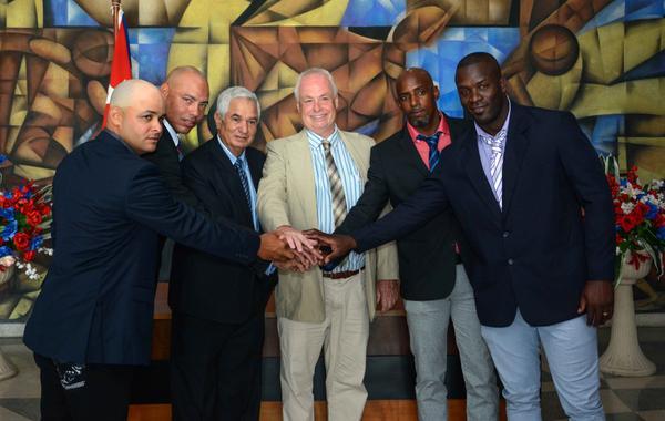En presencia del director del equipo Panteras de Kitchener de la liga canadiense de beisbol, Mike Boehmer (centro der.), y del presidente de la federación cubana, Higinio Vélez (centro izq.), firman contrato los peloteros cubanos Yorbis Borroto (I), Miguel Lahera (2do. a la izq), Jonder Martínez (2do. a la der.), y Noelvis Entenza (D), en la Ciudad Deportiva de La Habana, el 25 de abril de 2018. ACN FOTO/ Abel PADRÓN PADILLA