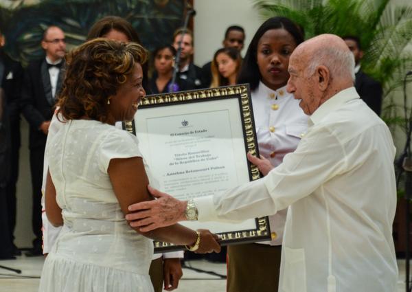 Condecoran en Cuba a 13 Héroes y Heroínas del Trabajo