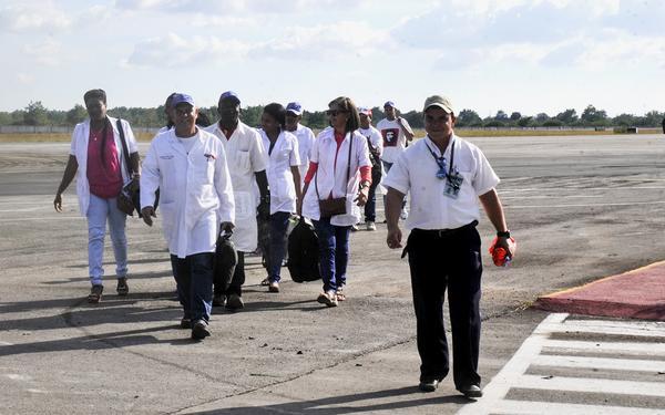 Integrantes del Contingente Internacional de Médicos Especializados en Situaciones de Desastres y Graves epidemias Henry Reeve, que se encontraba laborando en la República de Haití, a su llegada al Aeropuerto Internacional José Martí, en La Habana, el 18 de diciembre de 2016. ACN FOTO/Oriol de la Cruz ATENCIO