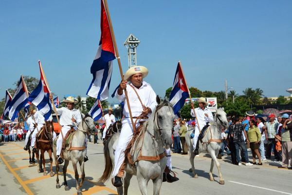 Jinetes escenificando a los mambises portan banderas cubanas en el desfile por el Día Internacional de los Trabajadores, en la ciudad de Bayamo, provincia Granma, Cuba, el 1 de mayo de 2018. ACN FOTO/Armando Ernesto CONTRERAS TAMAYO