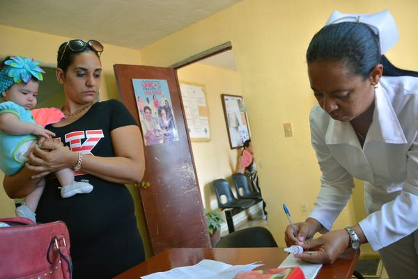 Niña a la espera recibir la vacuna oral, como parte del inicio en todo el país de la 56 Campaña Nacional de Vacunación Antipoliomielítica Oral, en un consultorio del Médico de la Familia, en Ciego de Ávila, Cuba, el 20 de febrero de 2017. ACN FOTO/ Osvaldo GUTIÉRREZ GÓMEZ