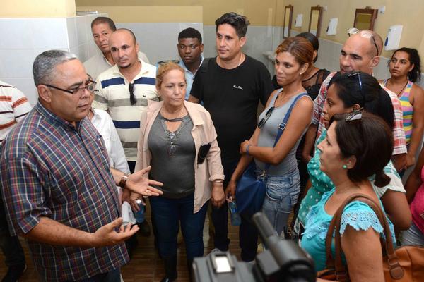 Luis Antonio Torres Iríbar(I), primer secretario del Comité Provincial del Partido Comunista de Cuba (PCC), intercambia con obreros de la Empresa Productora de Alimentos (PRODAL) del municipio Regla, perteneciente al Grupo Empresarial de la Industria Alimentaria de La Habana, en Cuba, el 7 de agosto de 2018. ACN FOTO/ Modesto GUTIÉRREZ CABO