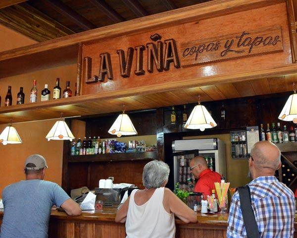 Un nouveau bar dans un typique magasin du coin est ouvert à Matanzas