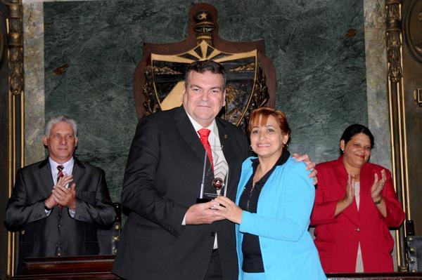 Susely Morfa González (D), primera secretaria de la Unión de Jóvenes Comunistas (UJC), hace entrega al Dr. Gustavo Cobreiro, rector de la Universidad de La Habana, de un reconocimiento, durante el acto central de conmemoración por el aniversario 290 de la Casa de Altos Estudios, efectuado en el Aula Magna, el 5 de enero de 2018. ACN FOTO/Omara GARCÍA MEDEROS/