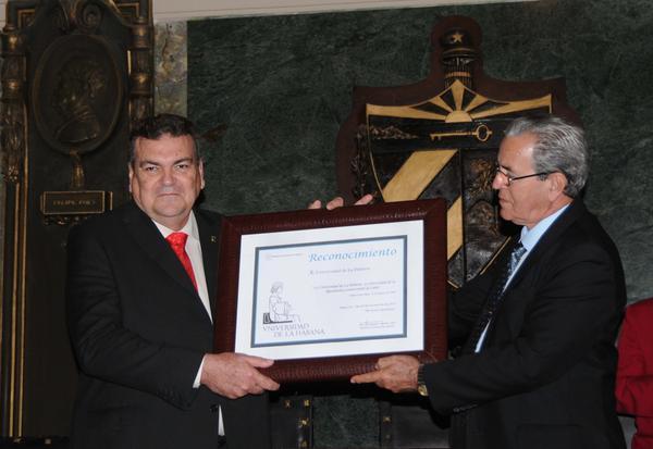 El Ministro de Educación Superior, José Ramón Saborido Loidi (D), hace entrega al Dr. Gustavo Cobreiro, rector de la Universidad de La Habana, de un reconocimiento, durante el acto central de conmemoración por el Aniversario 290 de la Casa de Altos Estudios, efectuado en el Aula Magna, el 5 de enero de 2018. ACN FOTO/Omara GARCÍA MEDEROS